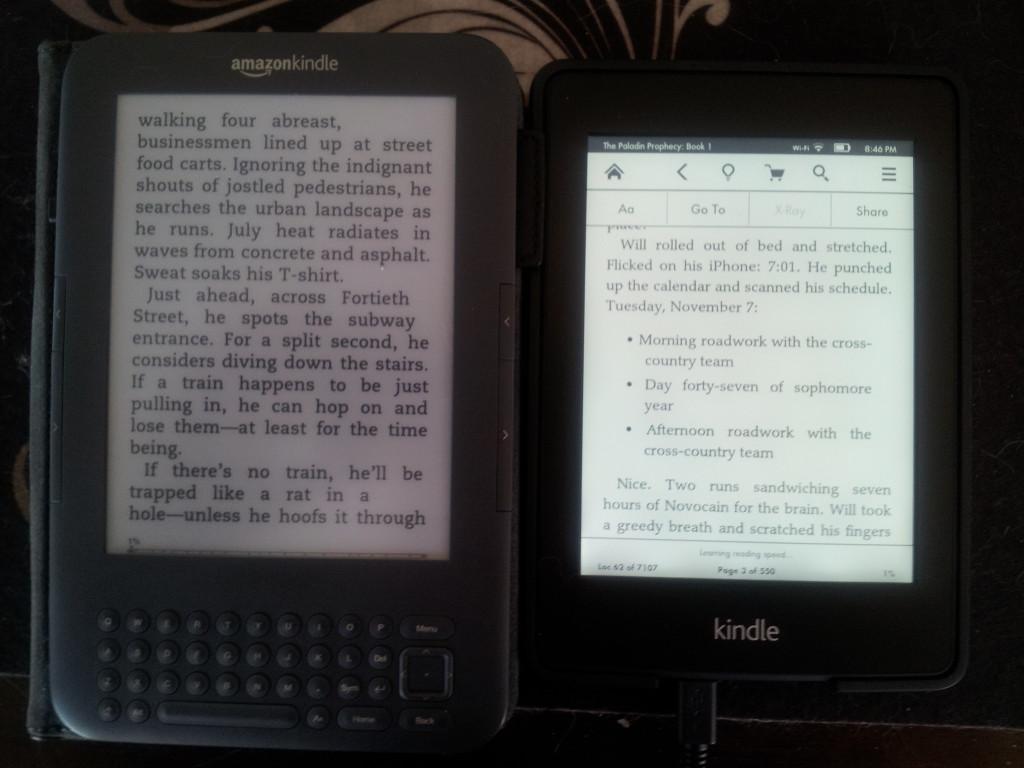 A imagem não é minha, mas daqui: http://mailboxmonday.wordpress.com/2012/10/10/kindle-paperwhite-love-it-returning-it/ curiosamente a autora não curtiu a luz. Vale a leitura, até para ter opiniões diferentes do produto.