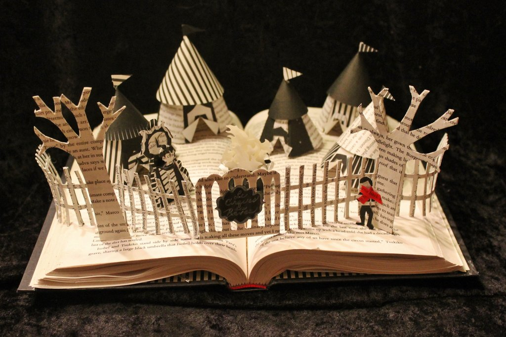 "Escultura em livro com o tema ""O circo da noite"", cool! Original aqui >> http://wetcanvas.deviantart.com/art/The-Night-Circus-Book-Sculpture-358847647"