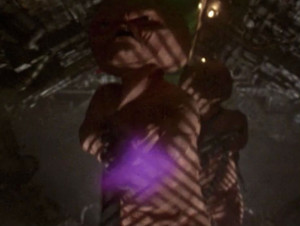 ETs cor-de-rosa pelados com um laser tipo Star Wars antes das mexidas do George Lucas, basicamente.