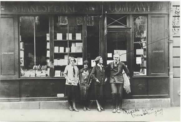 Silvia Beach, Ernest Hemingway e amigues na frente da Shakespeare and Company (1919)